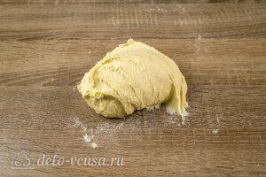 Замешиваем липкое и мягкое тесто