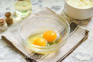 Картошку отвариваем в соленой воде, яйца разбиваем в миску