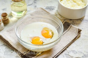 Добавляем к яйцам молоко и соль по вкусу