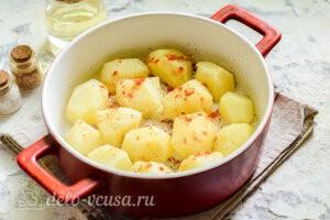Картофель кладем в форму и посыпаем специями