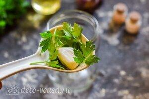 Маринованный перец с чесноком на зиму: В чистые банки кладем зелень и чеснок