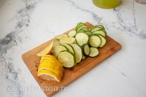Огурец, лайм и лимон режем дольками