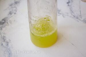 Выливаем огуречный сок с сиропом в емкость