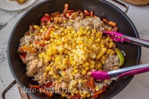 К овощному рагу добавляем кукурузу