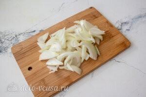 Режем репчатый лук и отправляем в сковороду