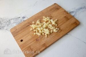 Измельчаем чеснок и добавляем в сковороду