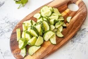 Овощной салат с творогом и базиликом: Режем огурцы