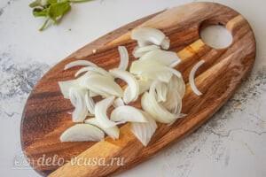 Овощной салат с творогом и базиликом: Режем репчатый лук
