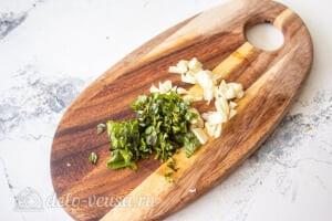Овощной салат с творогом и базиликом: Измельчаем базилик и чеснок