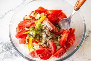Овощной салат с творогом и базиликом: Соединяем овощи, чеснок, зелень и специи