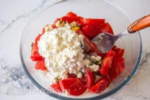 Овощной салат с творогом и базиликом: Добавляем зернистый творог