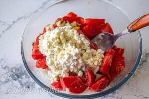 Овощной салат с творогом и базиликом: Добавляем оливковое масло