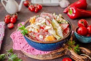 Овощной салат с творогом и базиликом готов