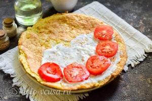 Смазываем овсяноблин сливочным сырои и кладем сверху помидоры