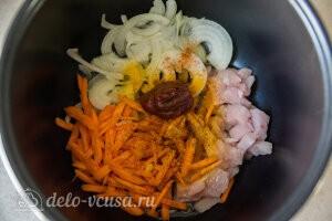 Кладем лук, морковь, мясо, растительное мсяо и специи в чашу мультиварки