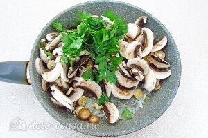 Постные котлеты из гречки с грибами: Добавляем к луку зелень и грибы