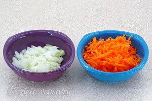 Режем лук и трем на терке морковь