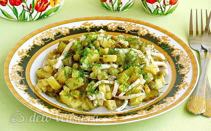 Салат из кальмаров с картофелем и солеными огурцами