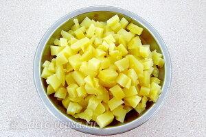 Для картофельного салата сначала отвариваем картофель и режем его кубиками