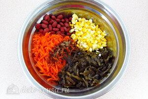 Соединяем маринованную капусту, красную фасоль, яйца и морковь