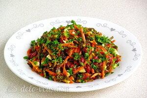 Салат из морской капусты с фасолью готов