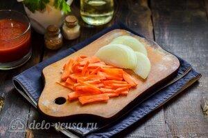 Соте из баклажанов и кабачков: Режем морковь и лук