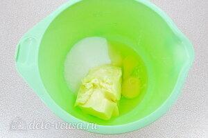 Соединяем сахар, масло и яйца