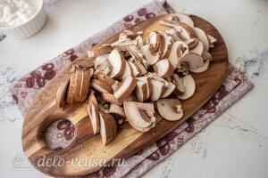 Бефстроганов из курицы с грибами: Решам шампиньоны пластинками