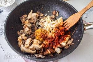 Бефстроганов из курицы с грибами: Добавляем специи и горчицу