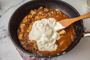 Бефстроганов из курицы с грибами: Добавляем сметану и тушим