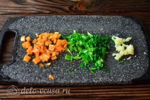 Измельчаем чеснок, зелень и острый перце