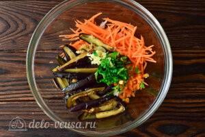 Соединяем в миске баклажаны, морковь, чеснок, зелень и острый перце