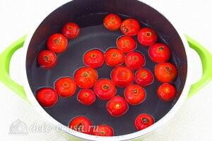Кладем ягоды в кипящую воду