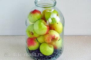 Компот из яблок и черноплодной рябины на зиму: Кладем черноплодную рябину и яблоки в банку