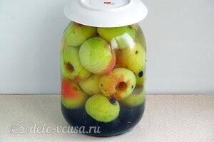 Компот из яблок и черноплодной рябины на зиму: Заливаем банку кипятком