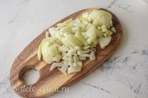 Рис с овощами и фрикадельками: Режем репчатый лук