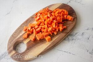 Рис с овощами и фрикадельками: Режем морковь