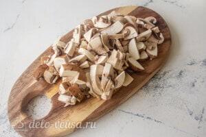 Рис с овощами и фрикадельками: Режем грибы