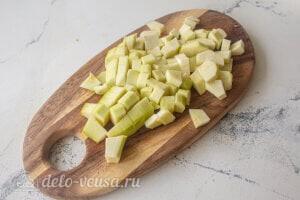 Рис с овощами и фрикадельками: Режем кабачки
