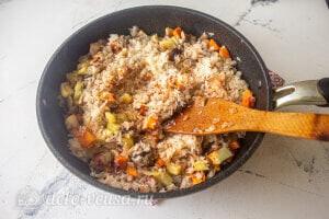 Рис с овощами и фрикадельками: Обжариваем овощи и добавляем к ним рис