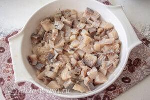 Селедка под шубой по Дюкану: Кладем на дно блюда слой сельди