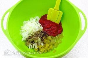 Соединяем лук, уксус, огурцы, томатную пасту, растительное масло и специи