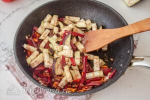 Болгарский борщ с баклажанами: Обжариваем овощи на сковороде