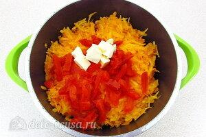 Десертный тыквенный крем с курагой и сливками: Тыкву, курагу и сливочное масло кладем в кастрюлю