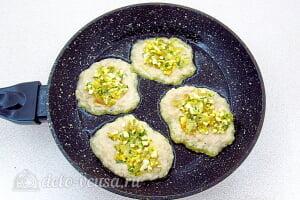 Драники из картошки с начинкой из яиц и лука: На дно сковороды кладем картофельное тесто, а сверху ложку начинки