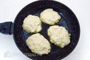 Драники из картошки с начинкой из яиц и лука: Накрываем начинку сверху тестом