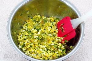 Драники из картошки с начинкой из яиц и лука: Перемешиваем начинку