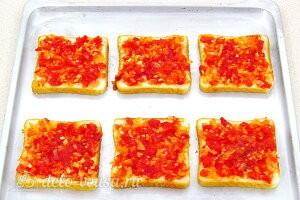 Смазываем хлеб томатной массой