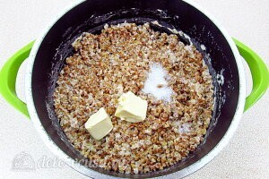 Заправляем готовую гречневую кашу солью, сахаром и сливочным маслом