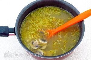 Добавляем в кастрюлю грибы и варим суп 3 минуты